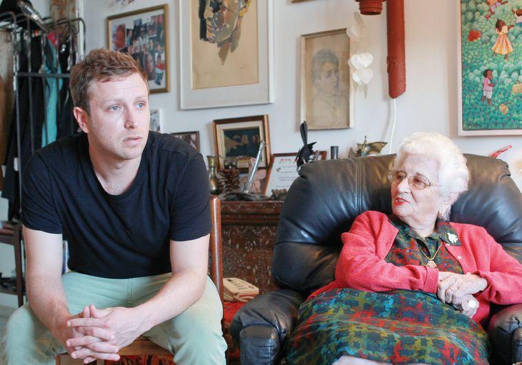 אני וסבתא בסלון ביתה. צילום: רענן כהן