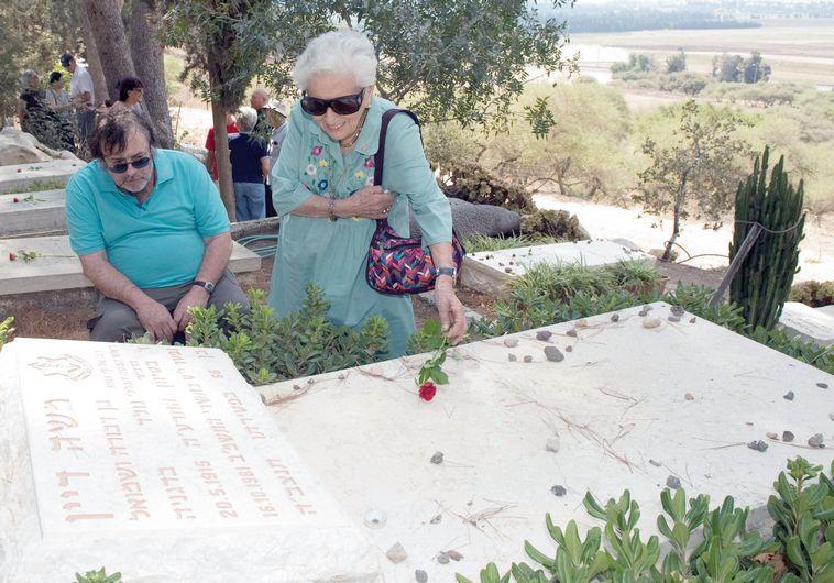 """כשאבא מת, משהו בסבתא נסדק. אסי (ז""""ל) ורות דיין מבקרים בקבר של משה דיין. צילום: יגאל לוי"""