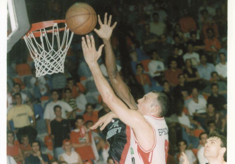שמעון אמסלם בימיו כשחקן כדורסל. צילום: דוד פליגל