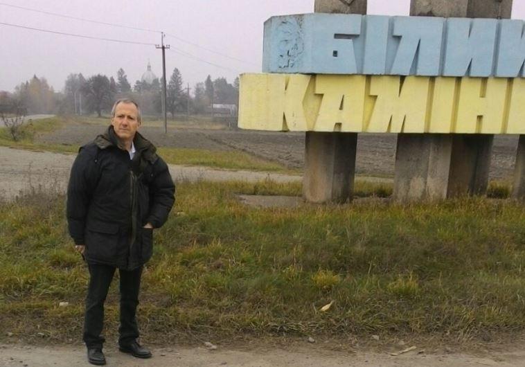 דוד יהונתן גרינברג בעיירה של אביו בגליציה אוקראינה. צילום: באדיבות המשפחה