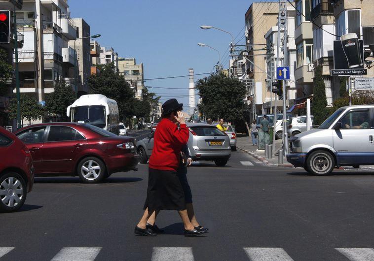 אשה חוצה את הכביש, מעבר חצייה