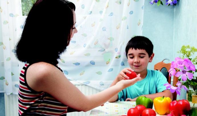 ילד אוכל פירות
