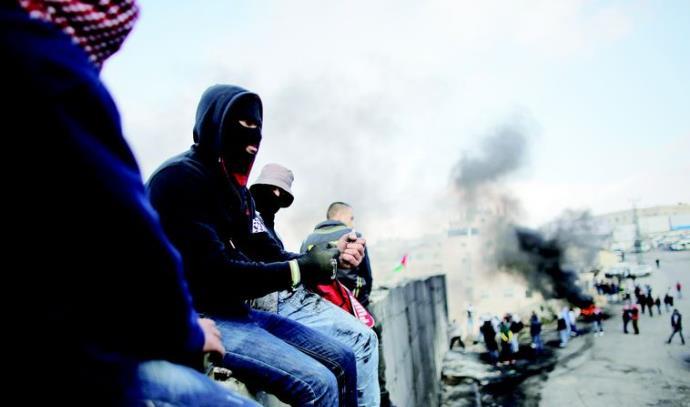 פלסטינים על גדר ההפרדה בירושלים