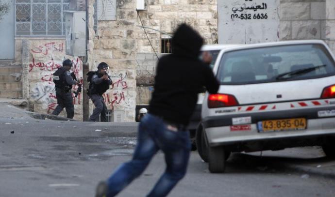 """יידוי אבנים על שוטרי מג""""ב בידי צעיר פלסטיני"""