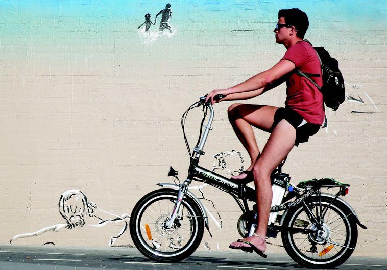 לא רק יתרונות, אלא גם סיכונים, אופניים חשמליים. צילום: הדס פרוש, פלאש 90