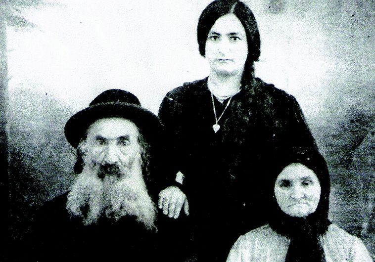 נפתלי חנהל'ס עם אשתו ובתו