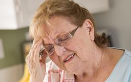 אישה מבוגרת עם מיגרנה