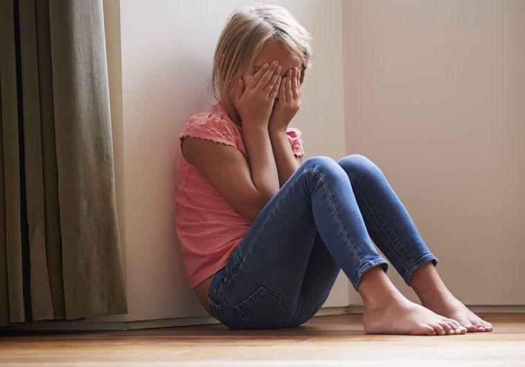 אילוסטרציה ילדה התעללות מינית קטינה