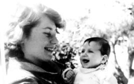 """""""סימני מנהיגות ניכרו בה כבר בילדות"""". עם הבת לימור, כשהייתה תינוקת"""