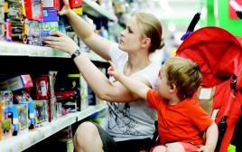 אמא ובנה בסופרמרקט
