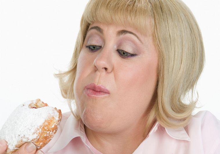 אישה אוכלת סופגניה