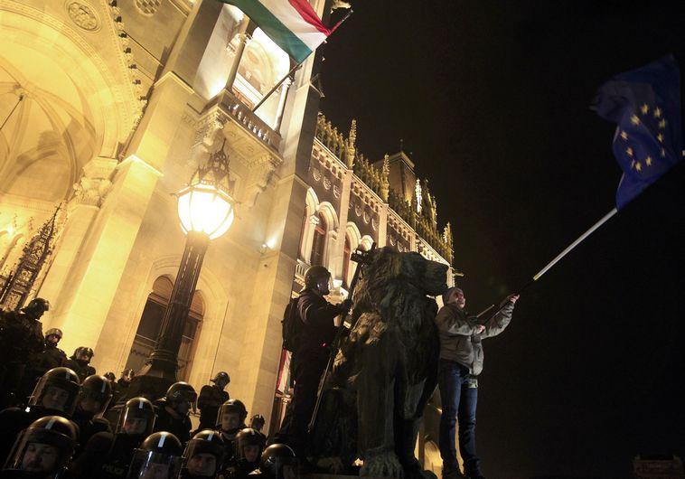 מפגין מול הפרלמנט ההונגרי