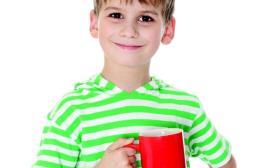 ילד שותה קפה