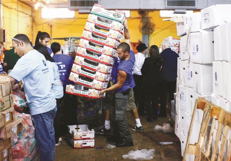 חלוקת מזון לנזקקים בחגים. צילום: יונתן סינדל, פלאש 90
