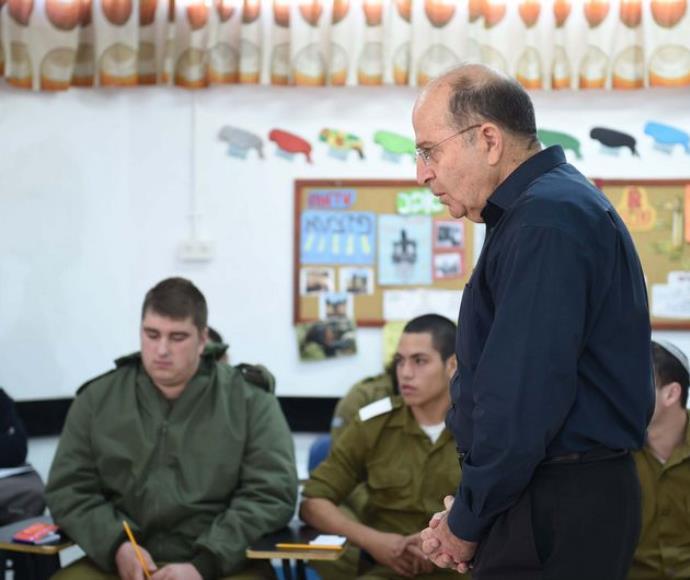 שר הביטחון עם חיילים במחווה אלון