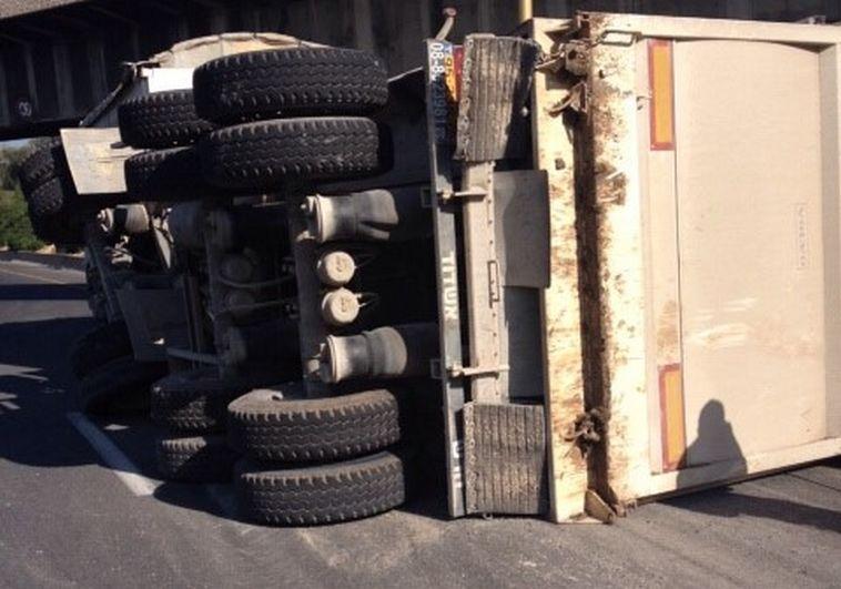 משאית התהפכה באיילון