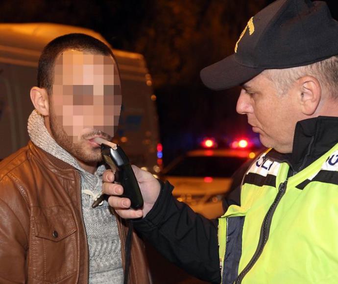 שוטר מבצע בדיקת ינשוף