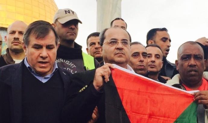 אחמד טיבי בהר הבית עם דגל פלסטין