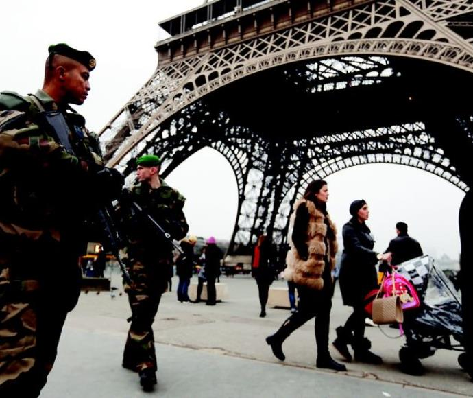 חיילים צרפתים ליד מגדל אייפל