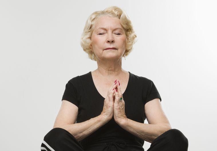 אשה עושה מדיטציה - אילוסטרציה