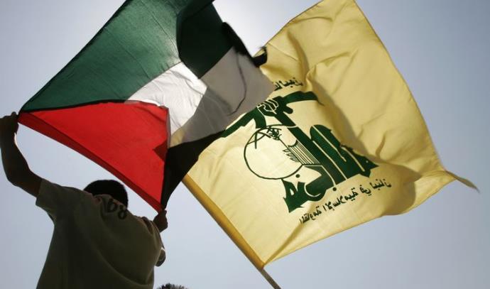 תושבים לבנונים מנופפים בדגלי חיזבאללה ופלסטין