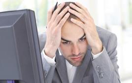 גבר עובד ליד המחשב