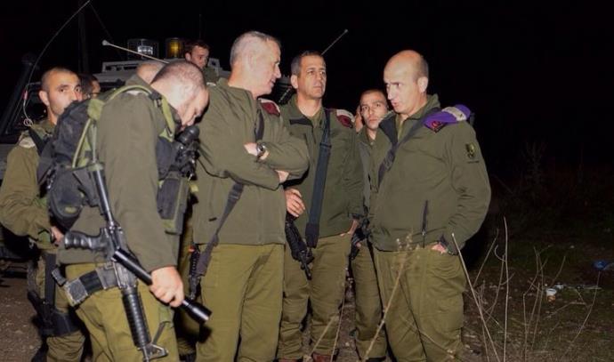 """הרמטכ""""ל בני גנץ בנקודת התקרית בה נהרגו שני החיילים"""