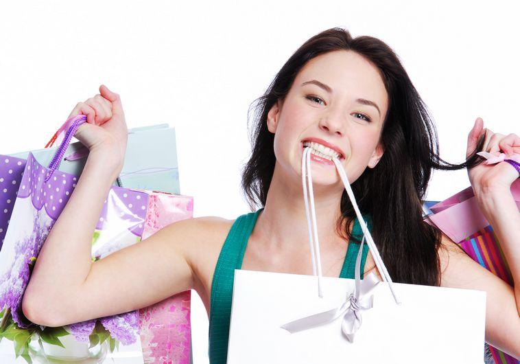 אשה עושה קניות