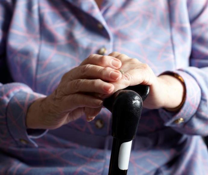 זקנה אילוסטרציה זיקנה מקל הליכה אישה מבוגרת