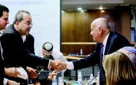טיבי עם יו׳׳ר ועדת הבחירות המרכזית השופט ג׳ובראן. בקי בניהול מסחרה פרלמנטרית מתוחכמת