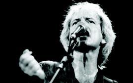 שלום חנוך בהופעה ב-1991
