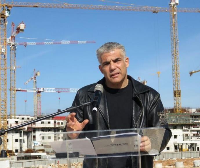 לפיד מציג את תוכנית הדיור באתר בנייה בראש העין