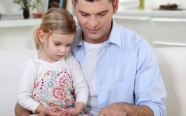 אבא ובת קוראים ספר