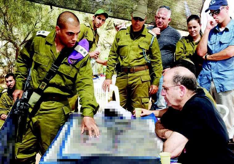 חג'בי עם שר הביטחון לשעבר יעלון במהלך 'צוק איתן'. צילום: אלון בסון