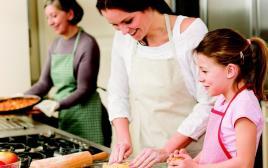 אם ובת במטבח