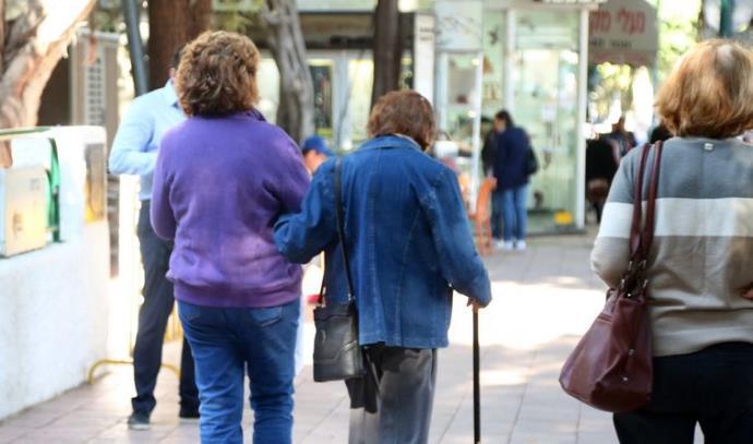 קשישים הולכים ברחוב