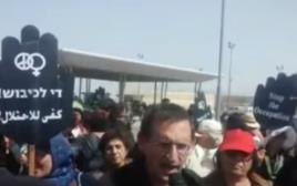 דב חנין בהפגנה במחסום קלנדיה