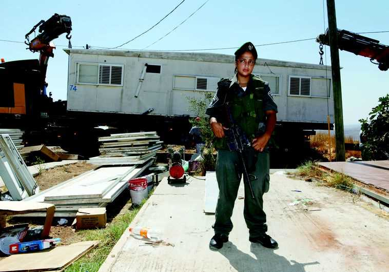 פינוי מגרון ב-2012. צילום: רויטרס