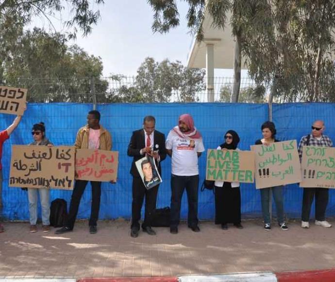המחאה מול מטה המחוז הדרומי. אביו של סמי ג'עאר במרכז עם הכאפיה