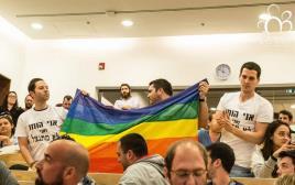 סטודנטים גאים מפגינים מול נפתלי בנט