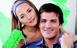 גבר ואשה צובעים את הבית