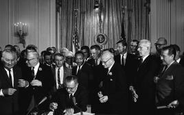מרטין לותר קינג חותם על אמנת זכויות האזרח