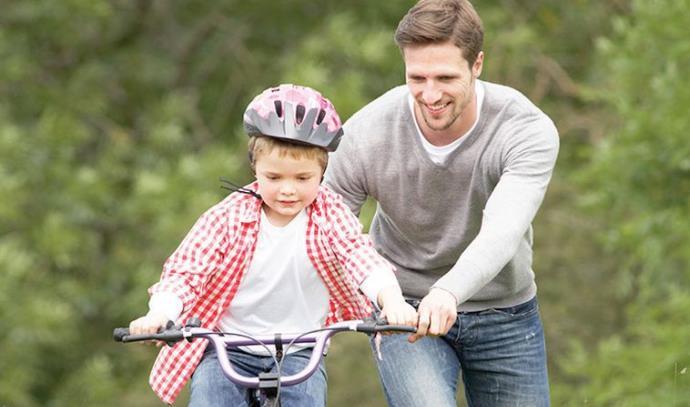 אבא ובן על אופניים