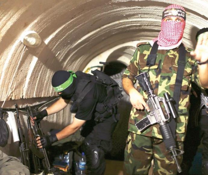 לוחמי חמאס במנהרה