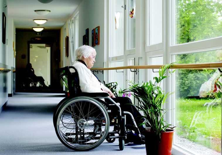קשישה על כסא גלגלים