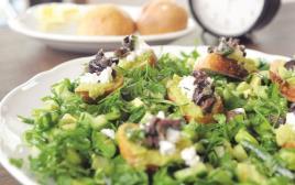 סלט ירוקים עם קרוסטיני וממרח פול ירוק