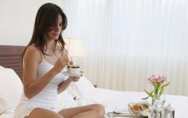 אישה במלון מקבלת שירות חדרים