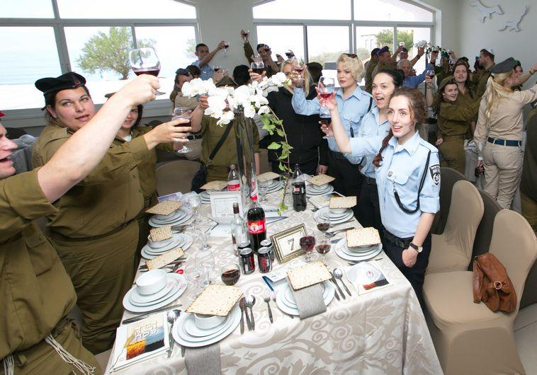 חיילים בודדים חוגגים את חג הפסח (צילום: בקליק צלמים)