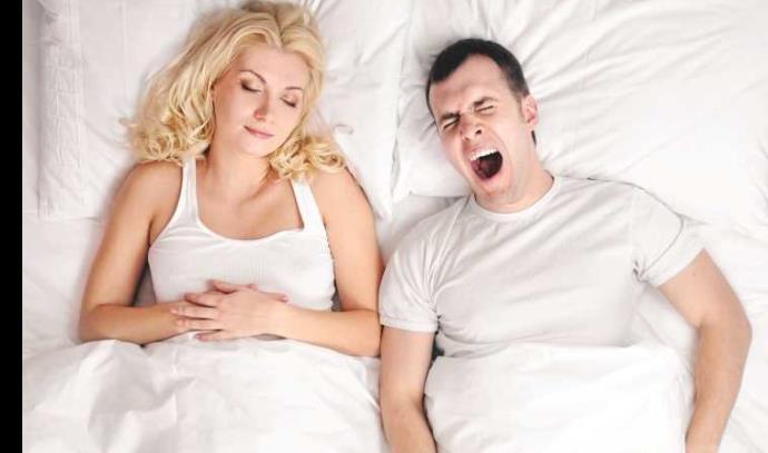שינה זוג ישן מיטה עייפות פיהוק