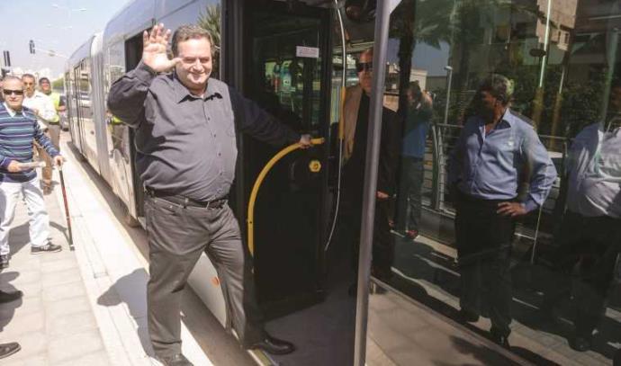 ישראל כץ נוסע במטרונית בחיפה